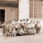 School picture of children during the Salazar regime. Some are barefoot.